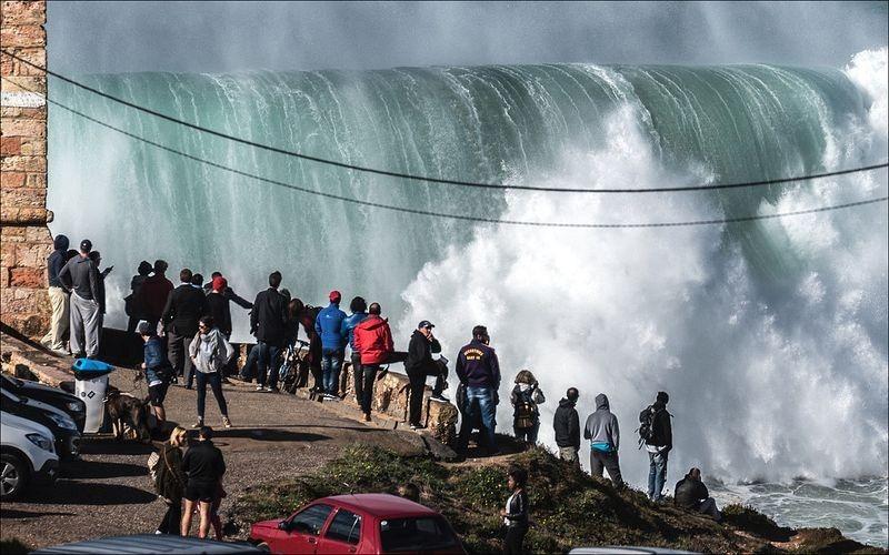 super ola en nazare portugal